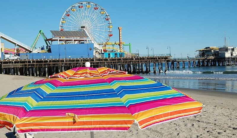 Guarda-sol em praia da Califórnia
